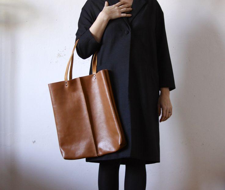 Velká taška z jehněčí kůže Velká taška z hovězí kůže v tmavší camel barvě, uvnitř kapsa. Kožená ucha ve světlejší barvě. Rozměry: cca 36 x 41 cm.