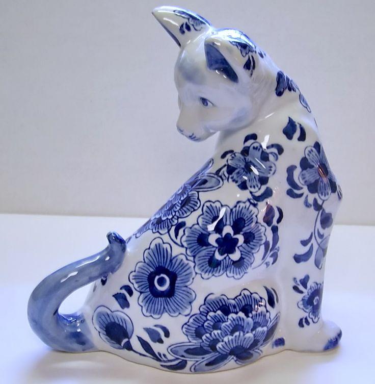 Сидящая кошка фарфор, сделанная Centrum керамика,  кобальтово-синий цветочный дизайн. Фарфор фон чисто белый. Сделано в Китае, б/у но в отличном состоянии, этикетка на дне. Приблизительные размеры: 9 ½ дюйма высотой; 5 ½ дюймов ширина; 10 дюймов в длину