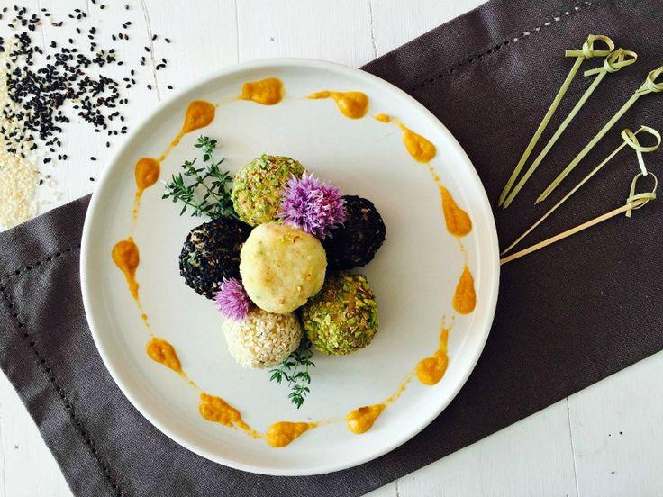 Polpette di pesce aromatizzate al limone, accompagnate da una deliziosa crema di fave fresche e carote