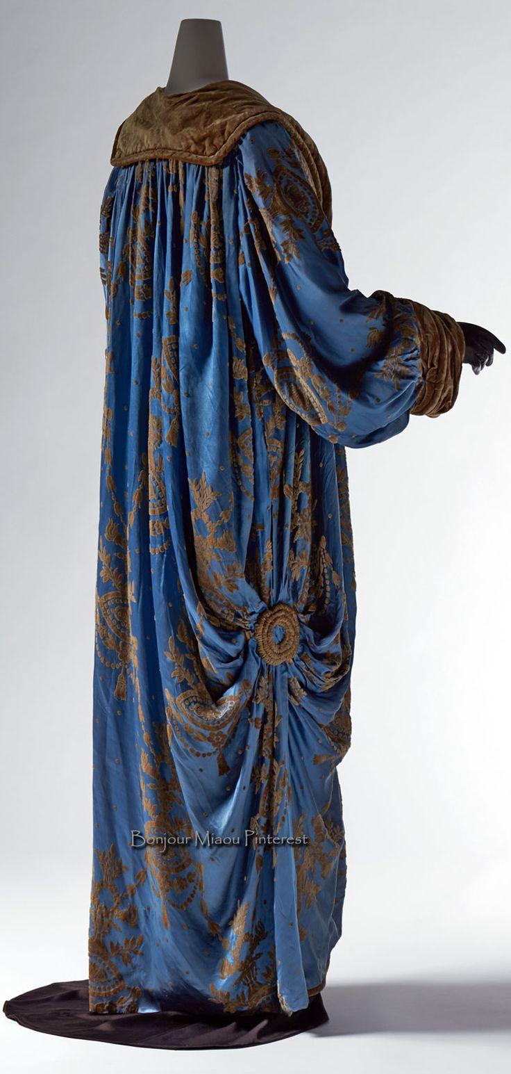 Evening coat, Paquin, Winter 1909. Blue silk satin cut velvet; flower pattern; brown silk velvet at collar and cuffs. Photo: Masayuki Hayashi. Kyoto Costume Institute