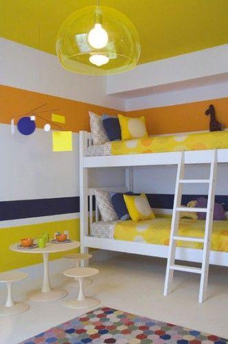 Chambre enfants avec lit superposé décoration des murs avec des rayures de peinture jaune et bleu