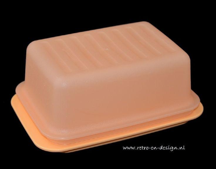 Tupperware botervloot  In twee delen. bodem en deksel. Kleur licht-oranje/zalm. zie: http://www.retro-en-design.nl/a-41731918/tupperware/tupperware-botervloot/