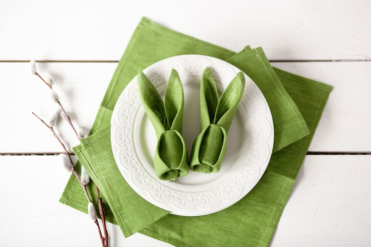 Handmade green linen napkins. Great for Easter table or spring weddings.  This listing is for 6 linen napkins  Fabric : linen Color: bright green  Size -  13.4 x13.4 inches (34x34...