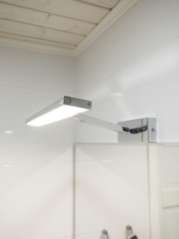 SEINÄVALAISIN PICT 8,5W 3000K KROMI    Seinävalaisin Pict led valonlähteellä jolla korostat tyylikkäästi tauluja, peilejä ym. Peitetty himmeästä polykarbonaatista tehdyllä valonjakajalla. Valaisimen kulma on säädettävissä kahdesta eri kohtaa.