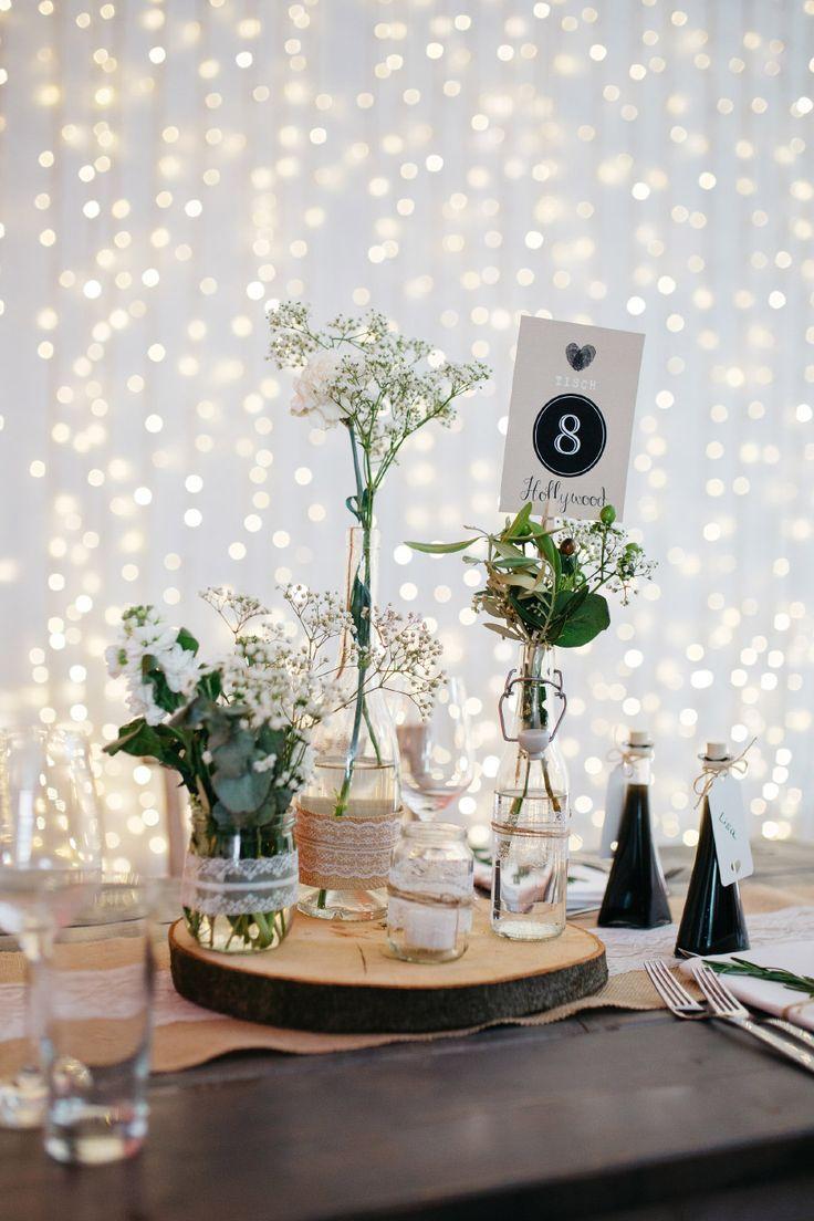 Tischdekoration zur Hochzeitsfeier mit Holz und Spitze im Vintage Look  Foto: Verena Hohmann Fotografie