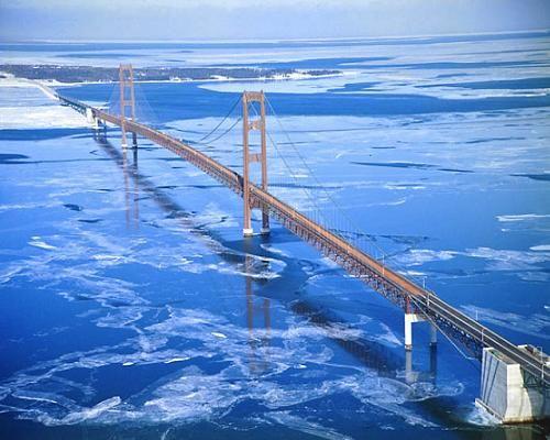 Mackinac Bridge. Entre as cidades de Mackinaw City e St. Ignace, Michigan (EUA).