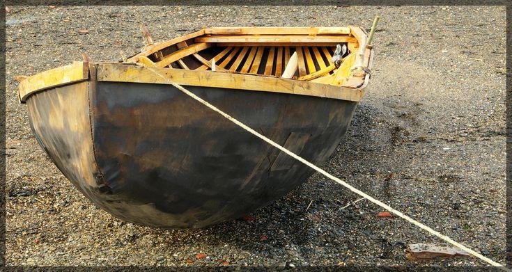 """https://flic.kr/p/7E26ug   Naomhog Curragh 1.   Karreg zu est un curragh, construit au printemps 2009 avec une forte toile de coton goudronné tendue sur une armature de lattes de chêne ployées et maintenues par un """"sommier"""" (gunwalls en anglais) en pin."""