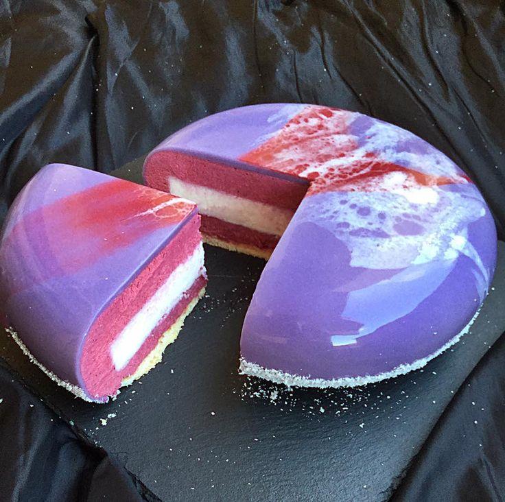 Torta Violetta: Biscotto di pasta frolla, mousse ai frutti di bosco, bavarese al cocco, glassa a specchio