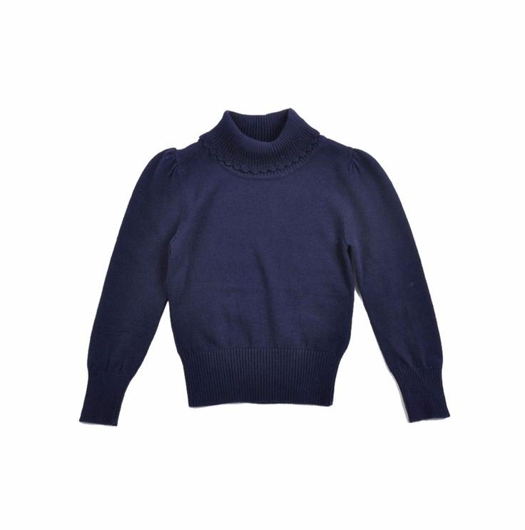 """Sweater tipo """"Cuello Tortuga"""" para niña, en color azul marino. Detalle crochet color azul marino en el borde del cuello."""
