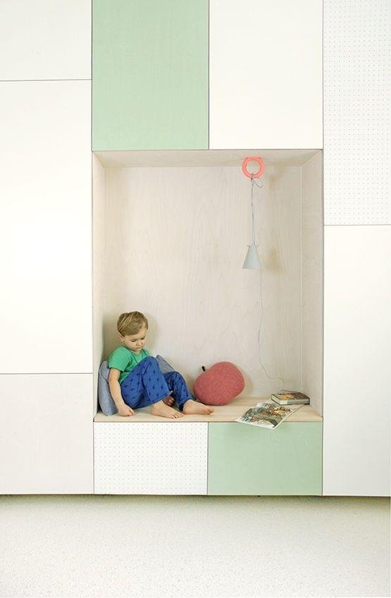 Viel Stauraum, eine versteckte Schlafmöglichkeit & eine Leseecke   Jäll & Tofta