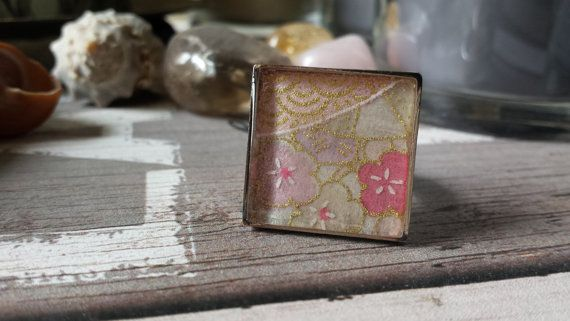 Square ring, japanese kimono style, with pink flowers and golden details