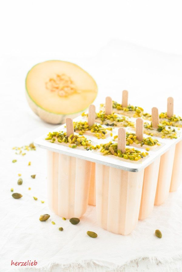 So schmeckt der Sommer! Meloneneis mit Honig und Pistazien nach einem Rezept von herzelieb