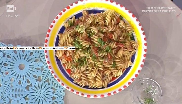 """La ricetta della pasta fredda alla puttanesca di Anna Moroni del 29 maggio 2017, a """"La prova del cuoco""""."""