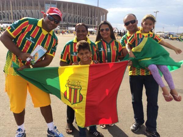 Bolívia ou Brasil? Família de torcedores do Sampaio Corrêa chega uniformizada para o jogo #trbrasil. 12/07/2014.