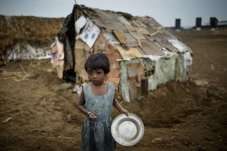 OBJETIVO 2: FOME ZERO Garota aparece em frente ao barraco de papelão em que mora em um campo de refugiados de Rohingya, em Sittwe, Myanmar2 - Jonas Gratzer/LightRocket via Getty Images