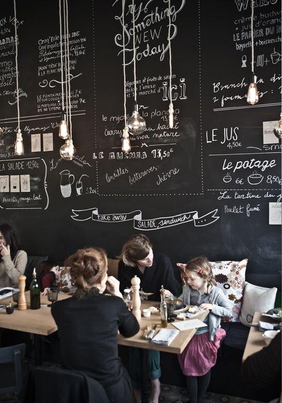 Leuk idee voor in je keuken, een muur geverfd met krijtbord verf. Zo vergeet je nooit meer de lekkerste recepten, belangrijke boodschappen etc. En ben je het zat? Dan is het binnen één veeg weer weg.