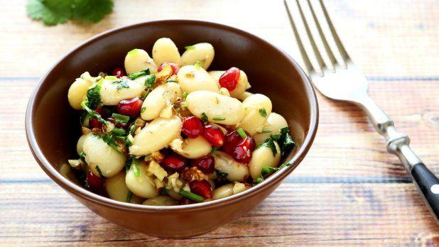 Zeleninové saláty mají hlavní sezonu samozřejmě v létě, kdy čerstvá zelenina chutná nejlépe. Ale saláty mohou mít mnoho podob a jejich zimní variace nejsou o nic méně chutné.