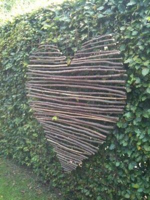 Hart gemaakt van takken van een hazelnoot. Samengebonden met ijzerdraad.