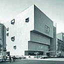 Le Whitney Museum of American  Art est une construction à la structure fermée gainée de granit gris avec quelques fenêtres trapézoïdales, de dimensions diverses, disposées en pyramides obliques qui donnent un relief singulier aux façades. Whitney Museum of American  Art, New-York, N.Y. (1964-1966, avec Hamilton P. Smith).