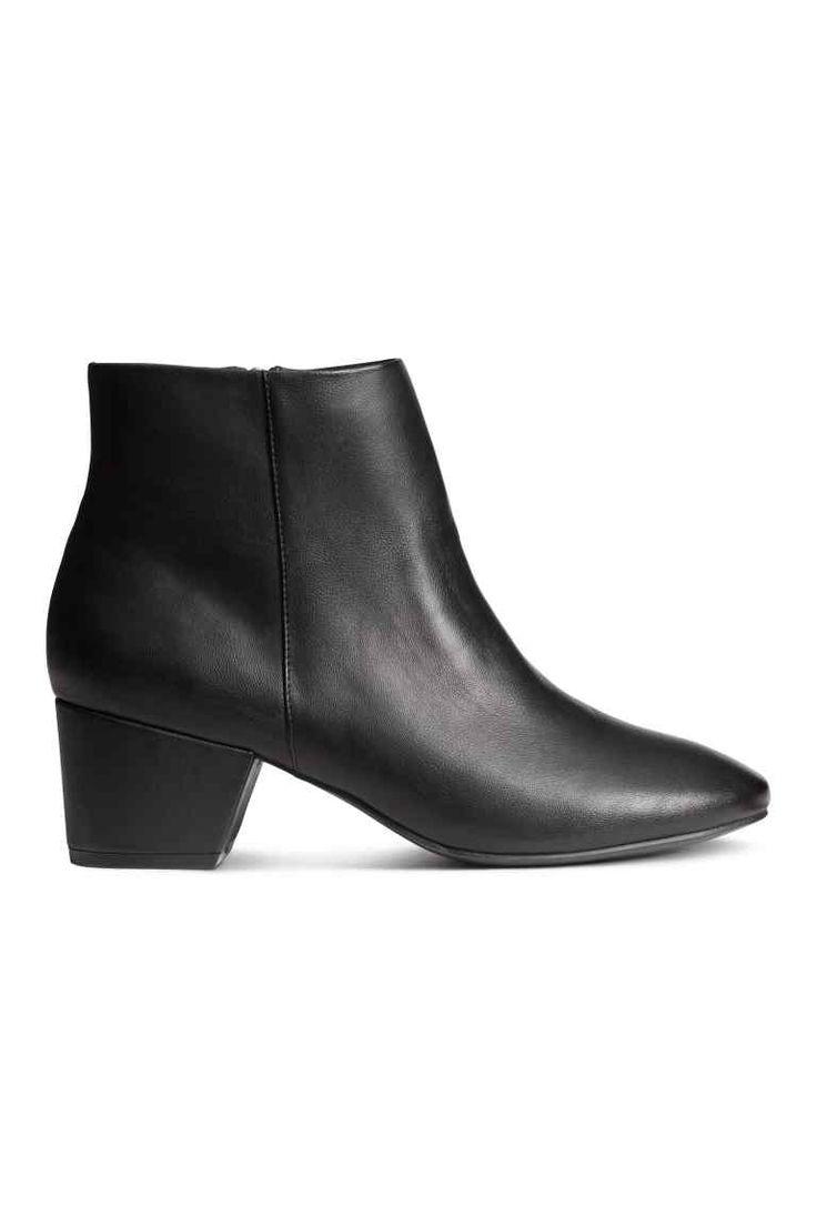 Stivaletti alla caviglia: Stivaletti in finta pelle lavorata. Gambale alla caviglia con cerniera dorata sul lato. Fodera in tessuto. Tacco 5,5 cm. Suola in gomma.