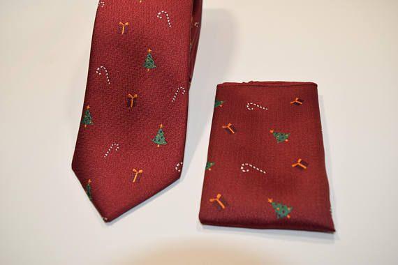 Set Corbata y pañuelo rojo oscuro con dibujos de arbol de