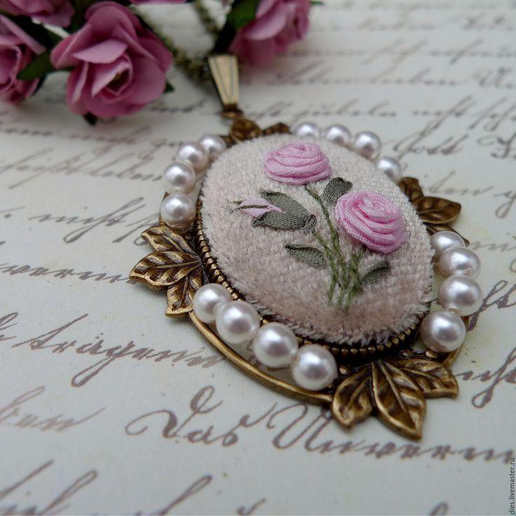 Купить Элегантный кулон с вышивкой лентами Нежность винтажа - бежевый, розы, Вышивка лентами