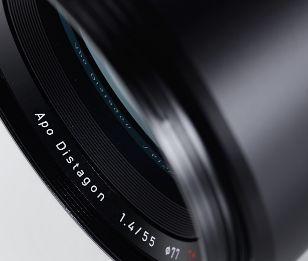 Otus 1.4/55   ZEISS 日本 ZEISS Otus 1.4/55 本物をあなたの手に  絞り開放から画面隅々まで抜群の性能を発揮し、目を見張る細部ディテールと高いコントラストが冴えるポートレート。 ZEISS Otus® 1.4/55は妥協を排し、これまでのツァイスが積み重ねてきた1世紀にわたる光学・技術の粋を集めて開発されました。  このレンズは従来のレンズ設計につきまとっていたあらゆる常識を打破して誕生し、歪曲収差や色収差など、考え得る弱点をほぼすべて克服しています。 開放から画面全体で高コントラストを実現しているため、このレンズは最新のデジタル一眼カメラと組み合わせた際に、まるで中判カメラで撮影しているような映像を撮影できます。自然光かスタジオ撮影かを問わず、ZEISS Otus 1.4/55は現時点で世界最高のレンズと言えるでしょう。