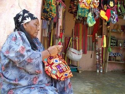 Wayúu native knitting a wayúu bag.