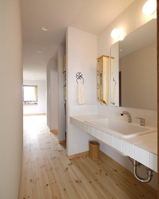 洗面所は敢えて廊下やフリースペースと仕切らず一体の空間に フレンチナチュラルスタイルの家の洗面所入り口にはドアが