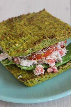 Bereiden:Maak het broccolibrood: Snijd de broccoli en de steel in stukjes. Doe de stukjes in de blender en mix fijn tot je 'broccolirijst' hebt. Voeg hier het amandelmeel, de eieren, de Provençaalse kruiden, peper en zout aan toe. Neem een met bakpapier beklede ovenschaal en schep het beslag er in. Verdeel gelijkmatig. Bak het broccolibrood een half uurtje in een voorverwarmde oven van 180 graden. Maak de tonijnsalade: