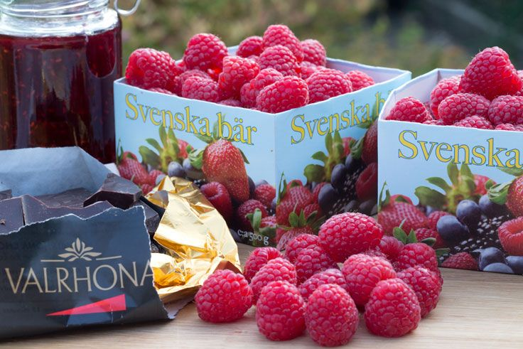 Raspberries and chocolate are natural partners, especially if hints of luxury are desired. Small jars of raspberry and chocolate jam make excellent little gifts for chocolate lovers, whether they be Christmas stocking fillers or little thankyou presents.