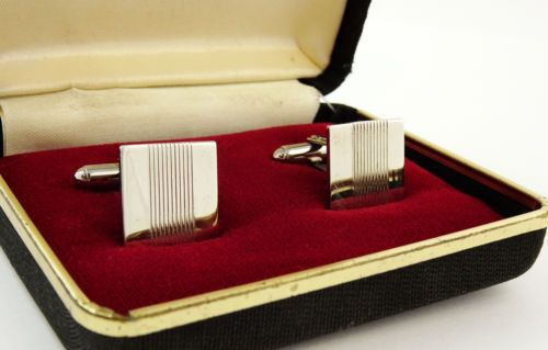 Great set of cufflinks in the original(?) gift box. Each cufflink measures approx. 1/2 x 1/2. Very good condition with light wear only. A cool accessory suitable for many occasions!