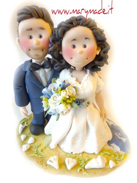 http://www.marymade.it/wp-content/uploads/2017/02/cak-topper-marymade.itsilvanafureduced.jpg Il cake topper di Laura - col vestito 'vintage' - http://www.marymade.it/cake-toppers-italia/il-cake-topper-di-laura-col-vestito-vintage/, Ciao!! Come sono belle le sorprese!!?! Una bella sposa di nome Laura ha avuto una grande sorpresa, tutta orchestrata da sua mamma, Silvana, che mi ha chiesto di preparare un cake topper personalizzato perlei. La cosa meravigliosa di questa sp
