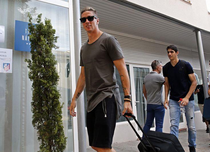 """""""FOTOGALERÍAS. Fernando Torres y Bono llegan tras el día y medio de descanso de la plantilla"""" (Foto: Ángel Gutiérrez / Atlético de Madrid. Published: 19 Julio 2015)"""