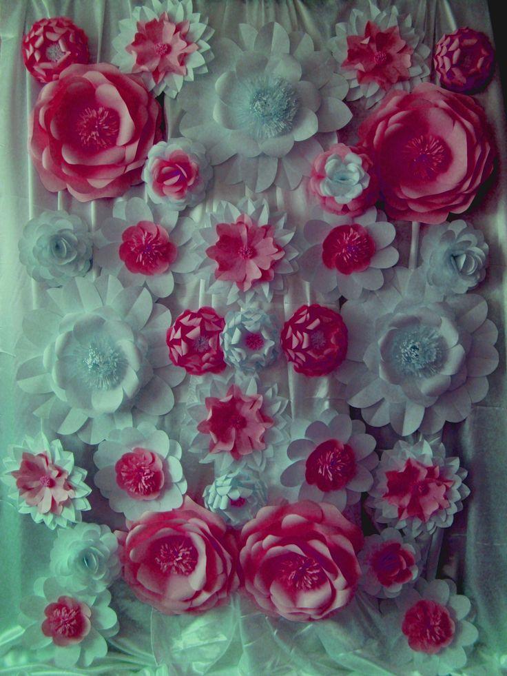 Panou decorativ din flori de hartie.