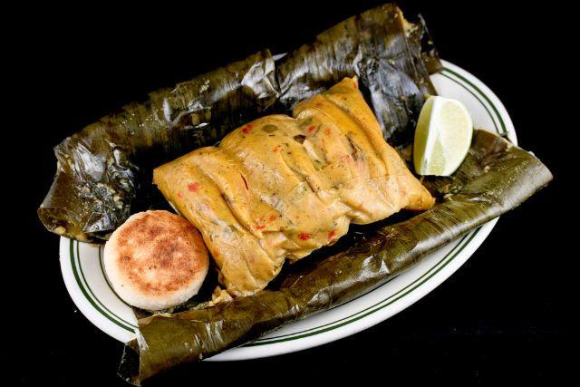 Los Tamales colombianos, (imágen de Tamal Valluno) son platos especiales de fin de semana o parte esencial en una cena navideña. Su preparación varía de acuerdo a la región, normalmente esta envuelto en hojas de plátano, mashán o bijao.