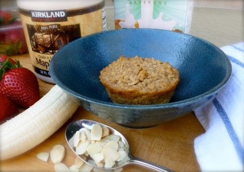 Individual Banana Bread Baked Oatmeal with Bananas, Strawberries and Almonds | 4 PointsPlus #weightwatchers #oatmeal