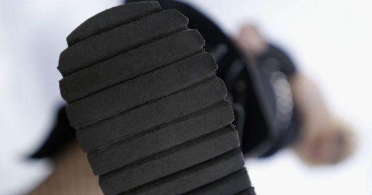 Materiais utilizados na fabricação de saltos e solas de sapatos. O propósito óbvio das solas dos sapatos é proteger a base do pé da pessoa que está usando o sapato, mas materiais diferentes têm propósitos diferentes. A sola e o salto de um sapato de corrida são, naturalmente, feitos de materiais diferentes dos usados em sapatilhas de balé ou em botas para caminhada. Apesar de os materiais usados na fabricação ...