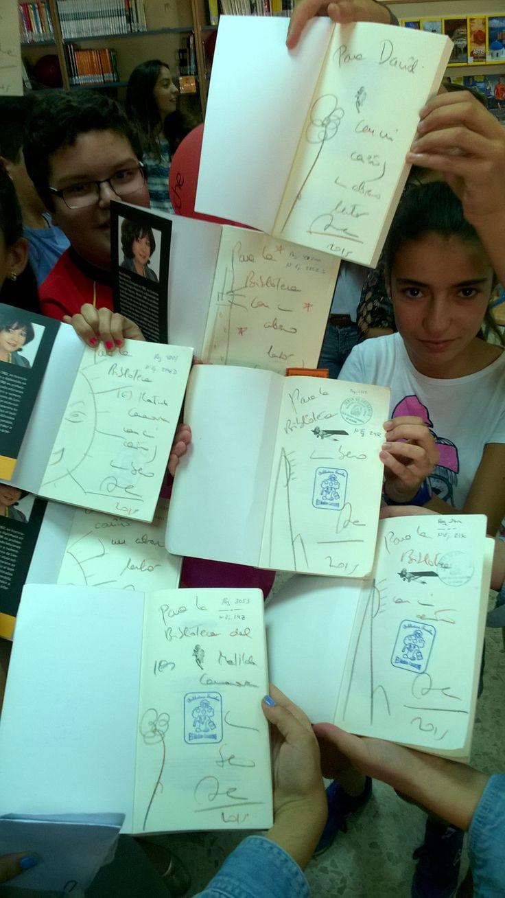 Libros firmados por Ana Alcolea en la reunión de los clubes de lectura de 1º y 2º con Ana Alcolea en la biblioteca escolar