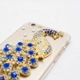 """Eine Leidenschaft in Blau und Diamant. Das transparente Hartschalen-Case """"Adoré Le Paon bleu"""" – der blaue Pfau – schützt durch die verwendeten hochwertigen Materialien jedes iPhone vor Schlägen, Stössen und Kratzern."""