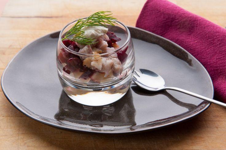 Glaasje met gerookte paling, rode biet en appel