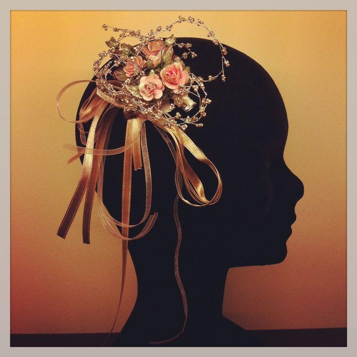 Tocado de flores y cintas