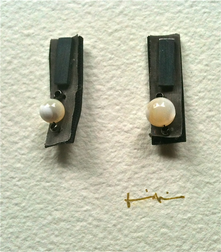 Kikis Alamo-art works-. Textil earrings. Silver, metal mesh, white stone.