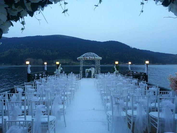 Düğün ve nikah töreni ekipmanları kiralama ve süsleme. Sandalye kiralama, nikah kürsüsü, nikah masası ve gelin yolu kiralama.