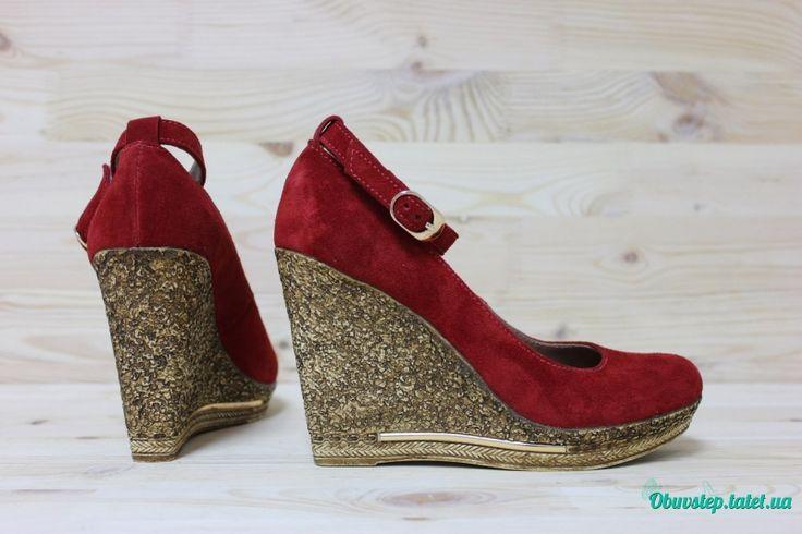Красные замшевые туфли на танкетке с ремешком