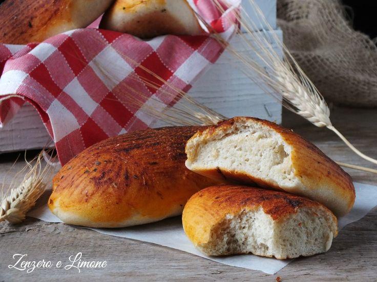 Questi filoncini di pane alla pizzaiola sono di una morbidezza incredibile e la spennellatura di sugo di pomodoro condito li rende ancora più gustosi.