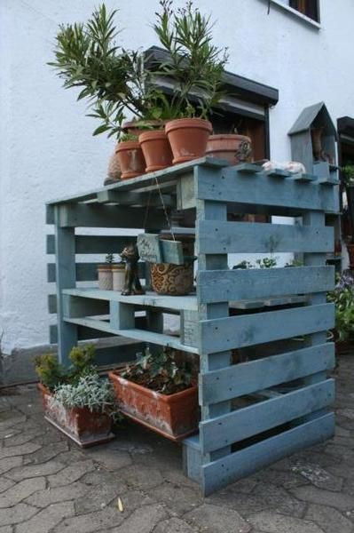Plantebord og reol lavet af paller - udendørs