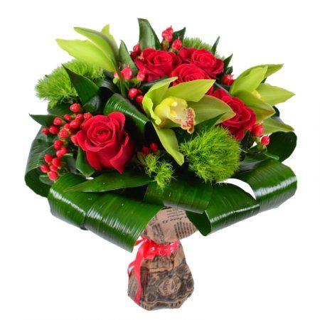 Подарите ощущение гармонии и совершенства, вручив «Красно-зелёный букет»! Жизнеутверждающие тона композиции с уверенностью заявляют о глубоких и ярких чувствах. Ярко-красные розы и очаровательные ягоды гипериума – солисты, поющие чудесные песни о любви и преданности.