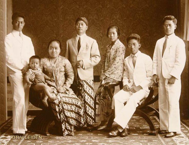 De regent van Koedoes, Raden Pandji Toemenggoeng Hadinoto, met zijn echtgenote en kinderen