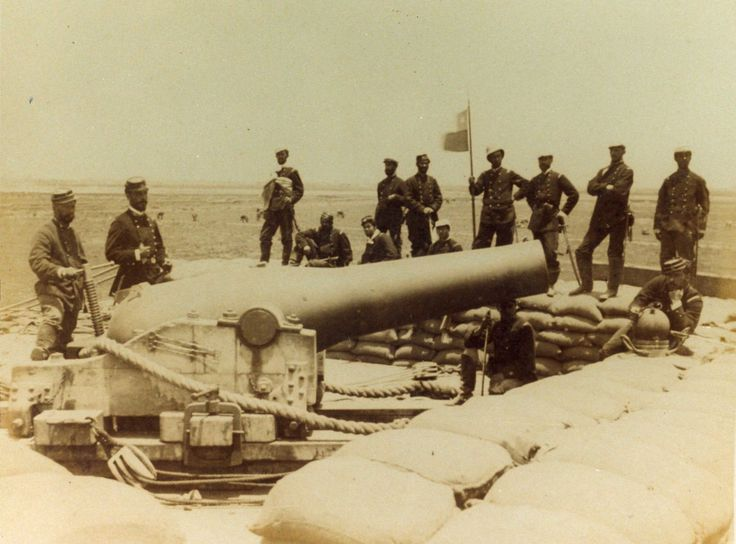 El cañón fue usado por los defensores de Lima en la batalla de Miraflores (15-01-1881). En la imagen se ve a los chilenos posando con su trofeo de guerra.